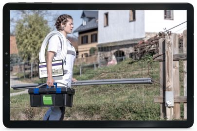 Tablett mit Handwerkerin mit Werkzeug und Tablet