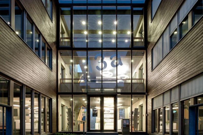 Modernes Gebäude, innen beleuchtet