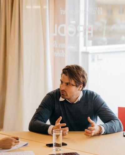 Matthias Prödl sitzend in Interviewsituation