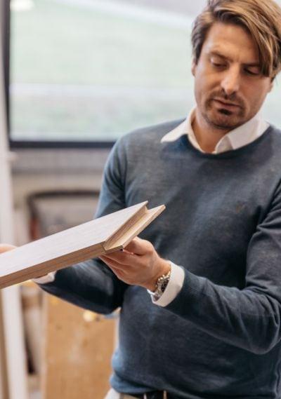 Matthias Prödl zeigt bearbeitetes Holzbrett