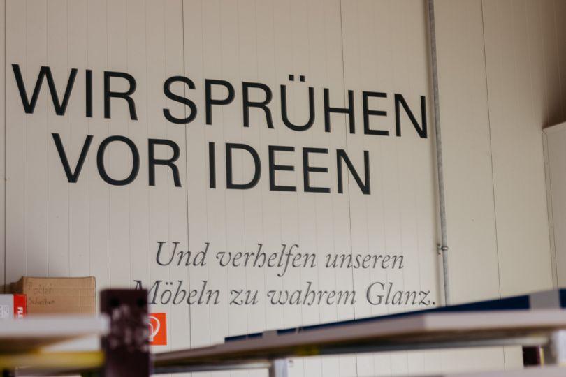 """Schild mit """"Wir sprühen vor Ideen"""""""