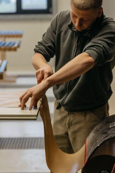 Arbeiter schneidet mit Messer Folie