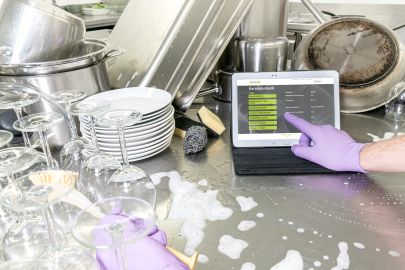 Laptop steht in Küche bei der Spüle