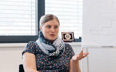 Frau sitzend in Interviewsituation