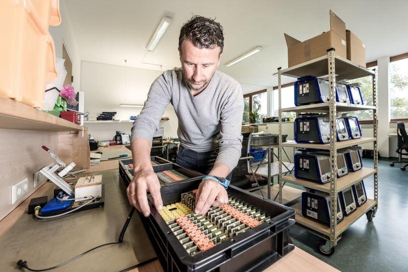 Man steckt Leiterplatten in Kunststoffkiste