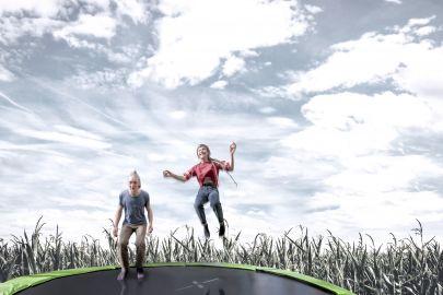 Mann und Frau springen auf Trampolin