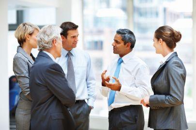 Businessmenschen stehen zusammen