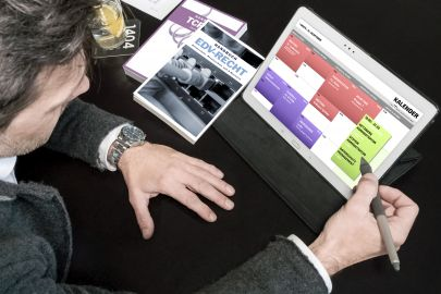Mann plant Kurse im Kalender auf Tablet