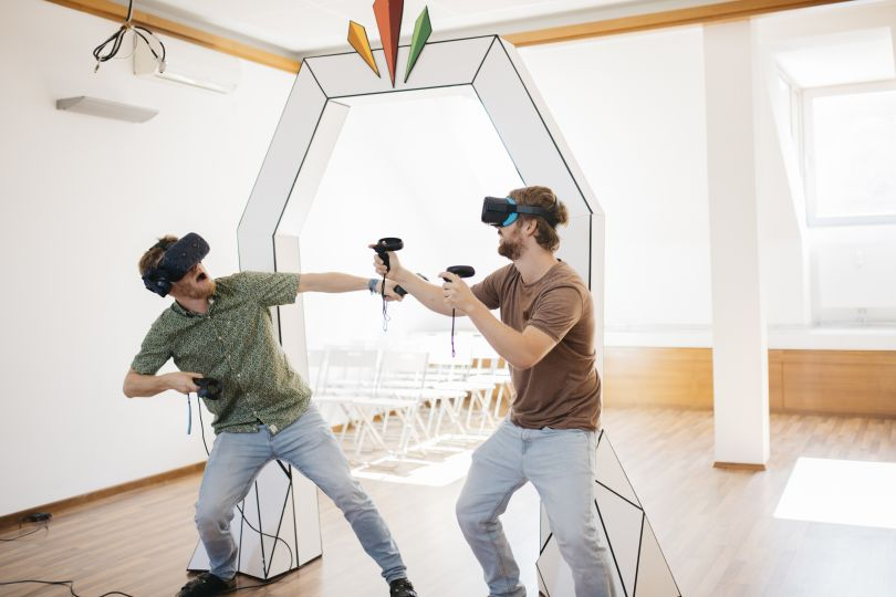 Zwei Männer mit Virtual Reality Brillen