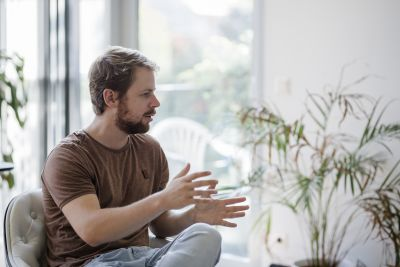 Mann sitzend in Interviewsituation