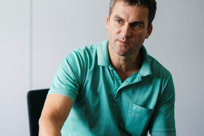Florian Hampel sitzt in Interviewsituation an Tisch