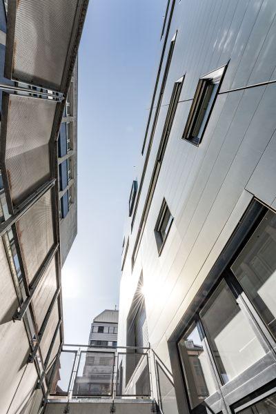 Außenansicht von modernem Gebäude von unten, oben Himmel