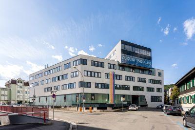 Modernes Gebäude, auf Anbau oben der Schriftzug ZUKUNFTSDOALOG
