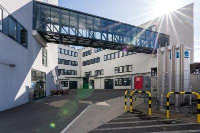 Moderne Gebäude in weiß, mit Glas-Stahl Übergang verbunden