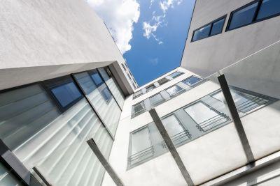 Modernes Gebäude in weiß von unten, Himmel