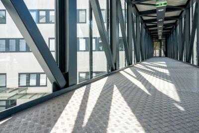 Übergang zwischen zwei Gebäuden von Innen aus Stahl und Glas