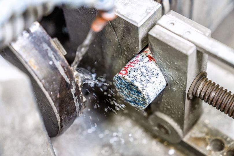 Steinrolle wird maschinell bearbeitet