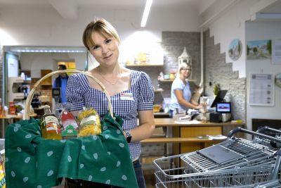 Brigitte Mandl zeigt Korb in regionalen Produkten