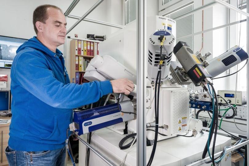 Mann im Materialforschungs-Labor