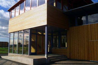 Gebäude aus Holz und Glas