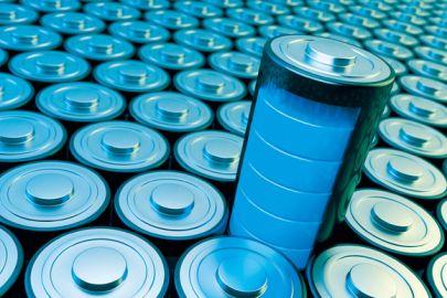 Blaue Batterien, eine steht heraus und ist voll aufgeladen