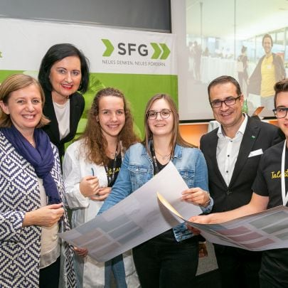 LR Barbara Eibinger-Miedl, Bildungsdirektorin Elisabeth Meixner und SFG-GF Christoph Ludwig mit den potenziellen Nachwuchsfachkräften