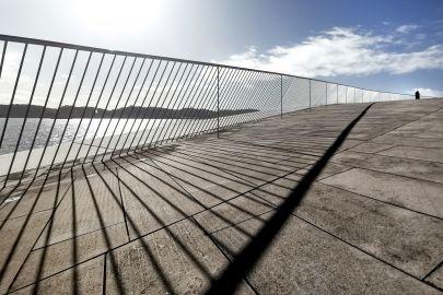 Brücke mit Geländer, See und Himmel