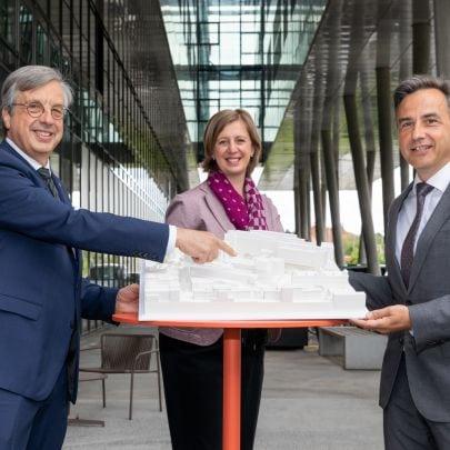 Hellmut Samonigg, Barbara Eibinger-Miedl und Siegfried Nagl mit einem Modell des neuen Zentrums