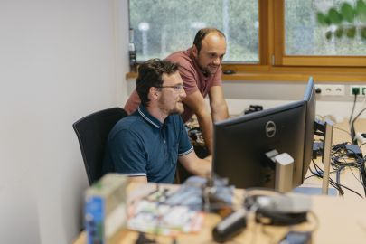2 Männer arbeiten am PC