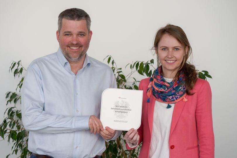 SAL-Geschäftsführer Gerald Murauer und Emily Knes, Head of Human Resources, freuen sich über die neuerliche Auszeichnung als familienfreundlicher Arbeitgeber.