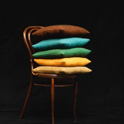 Lodenpolster auf Stuhl