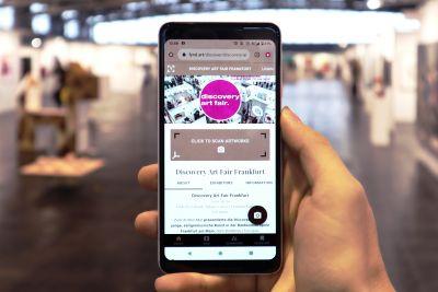 Hand mit Handy und App