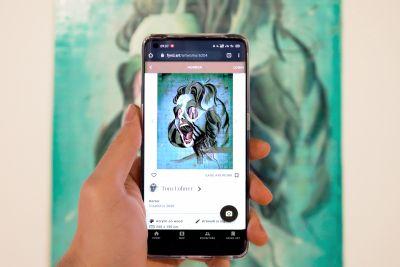 Handy wird auf Gemälde gerichtet