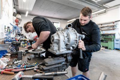 2 Männer arbeiten in Werkstatt
