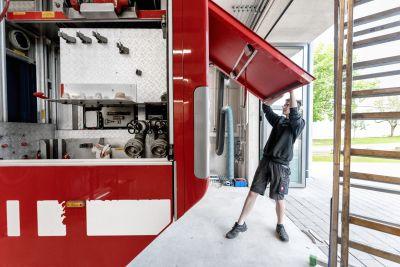 Mann schließt Feuerwehrauto