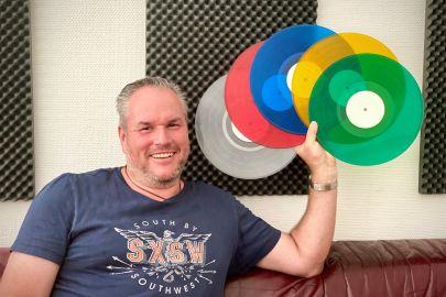 Christian Mathans mit bunten Schallplatten