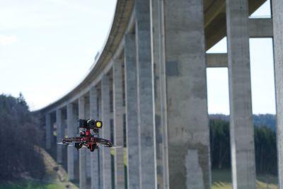 Drohne vor Autobahnbrücke
