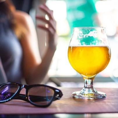 Bierglas neben Brille