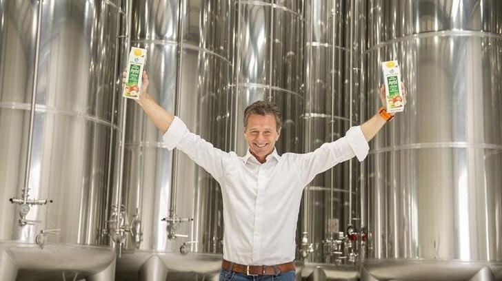 Gerhard Höllinger vor den neuen Lagertanks